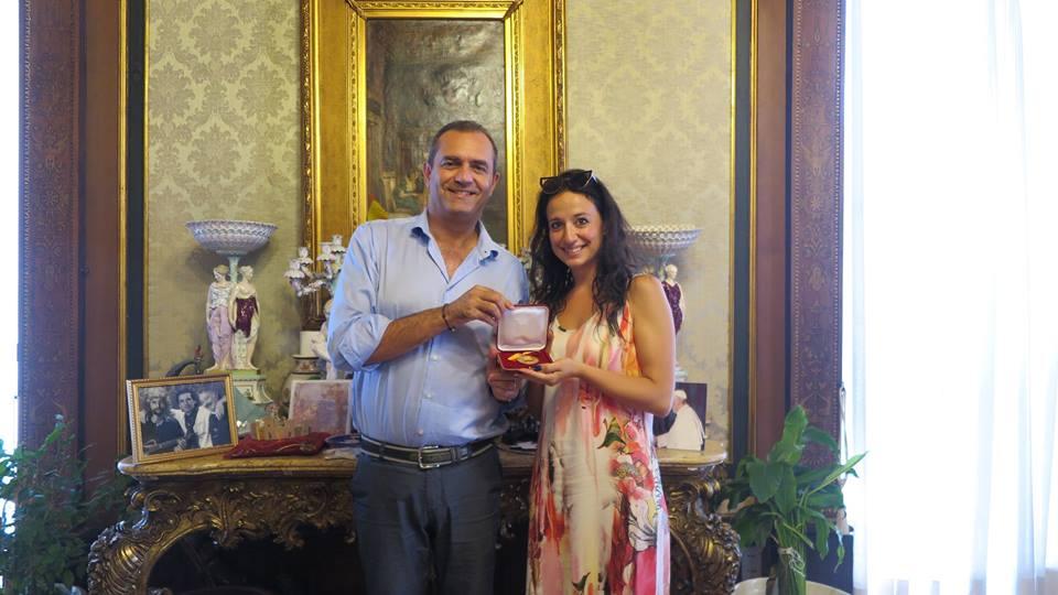 Il sindaco consegna la medaglia in Comune a Valeria N Genova
