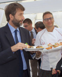 Il ministro Dario Franceschini mentre mangia pizze di Enzo Coccia