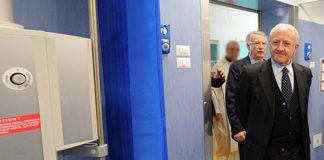 Il governatore Vincenzo De Luca durante una visita in ospedale