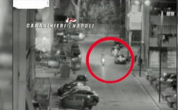 Un filmato dei carabinieri riprende una stesa dei baby killer nel centro storico