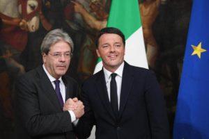 Matteo Renzi e Paolo Gentiloni al momento del passaggio della campanella