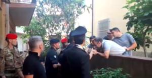 Il baciamano al boss Giorgi sotto gli occhi dei carabinieri all'uscita del covo in cui si era rifugiato