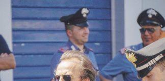 Il pm John Henry Woodcock durante una perquisizione