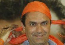 Il sindaco di Napoli Luigi de Magistris si annoda la bandana arancione (Stylo24)