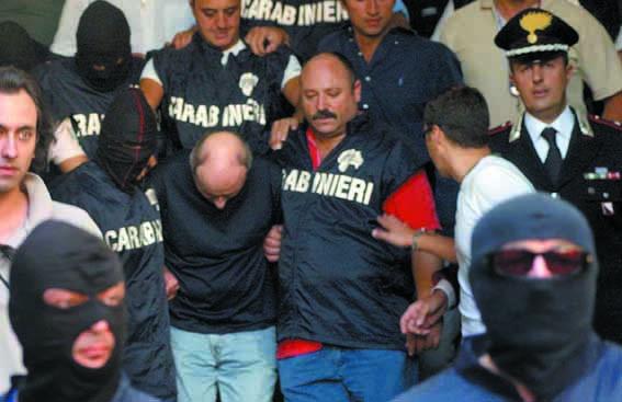 Il boss Paolo Di Lauro al momento dell'arresto