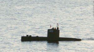 Il sottomarino con a bordo la giornalista e il killer, fotografato da un passante, poco prima di essere salpato