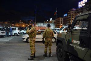 Una pattuglia dell'Esercito presidia Piazza Garibaldi