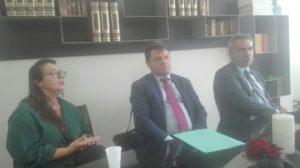 Daniela Pallone insieme agli avvocati Enrico e Nicola Ricciuto