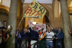 Luigi de Magistris festeggia la sua rielezione a sindaco di Napoli con i rappresentanti dei centri sociali