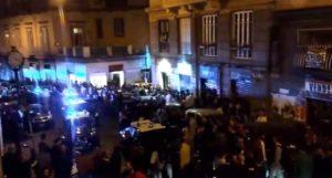 Un controllo della polizia nella zona di Mezzocannone okkupato