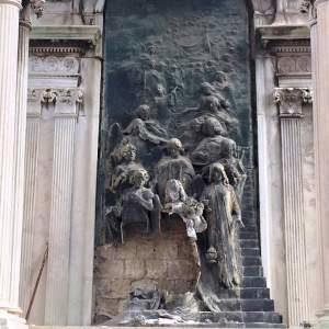 Il Monumento della Sposa nel Cimitero di Poggioreale