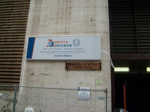 La sede dell'Agenzia delle Entrate a Napoli