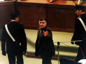 Il boss Totò Riina, durante un processo. Il capo dei Corleonesi è morto il 17 novembre 2017