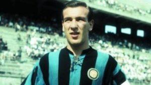 Antonio Valentín Angelillo con la maglia dell'Inter