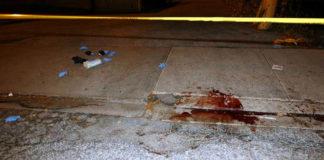 Le tracce di sangue sul marciapiedi