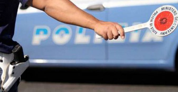 Napoli, vede gli agenti e tenta la fuga: preso automobilista 15enne