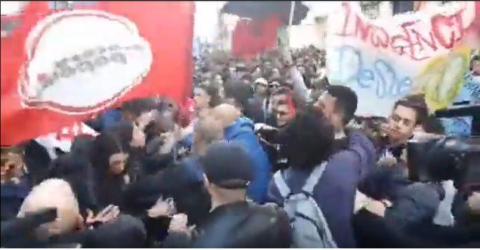 La rissa tra Potere al Popolo e Insurgencia durante il corteo anti Salvini a Napoli