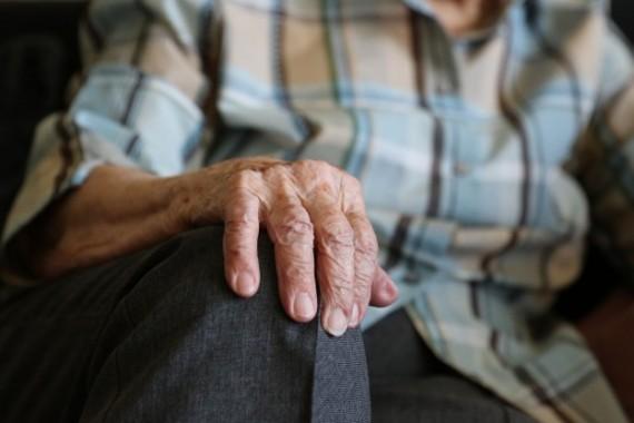 Maltrattava un anziano, arrestata badante a Carbonara di Nola