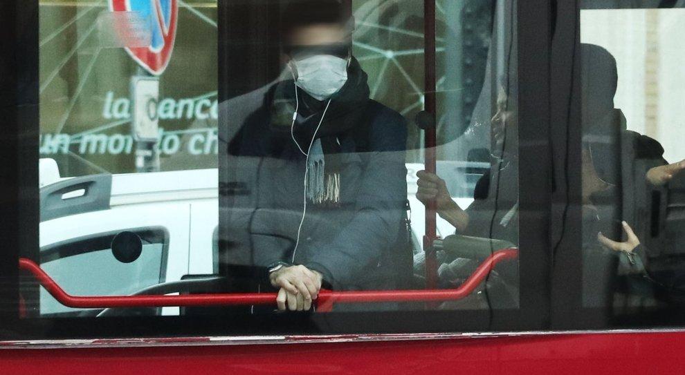 Napoli, troppe persone a bordo del bus: aggredito il conducente