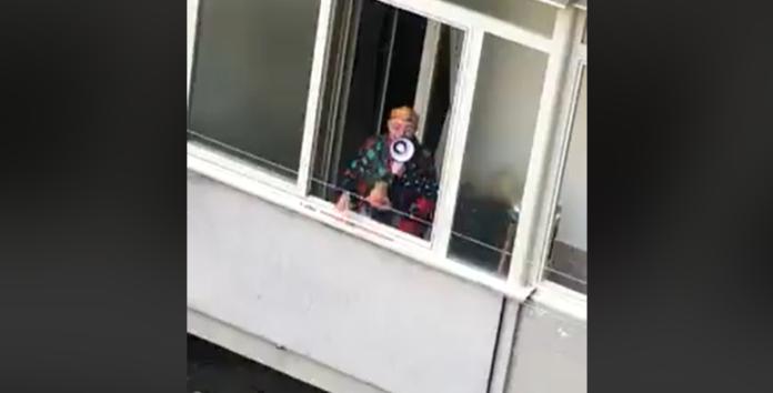 L'invettiva napoletana per combattere l'isolamento: tombola dalla finestra con i vicini