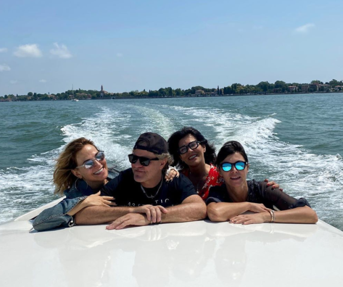 Barbara D'Urso va in vacanza, ma la foto scatena la polemica