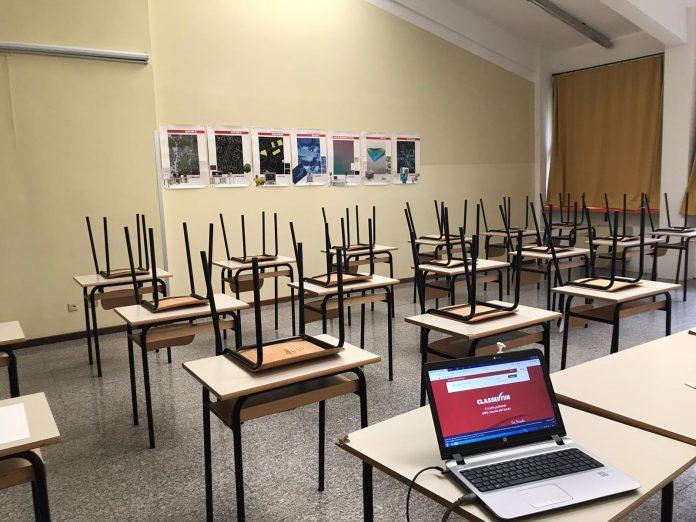 Un'aula vuota e un pc per seguire la Dad (foto di repertorio)