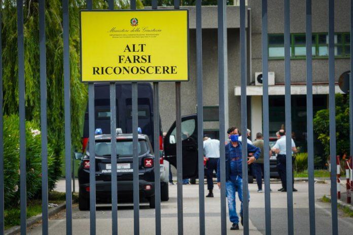 Violenze nel carcere di Santa Maria Capua Vetere, scarcerato uno degli agenti
