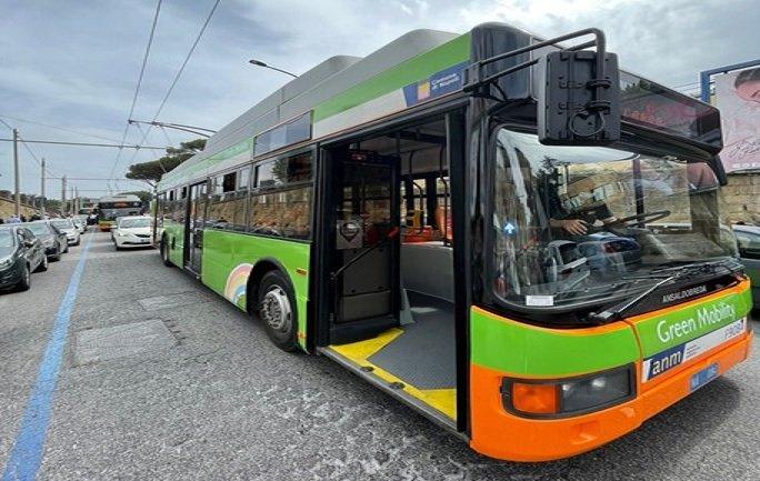 Il filobus R4, che collega il Mann con la zona ospedaliera a Napoli