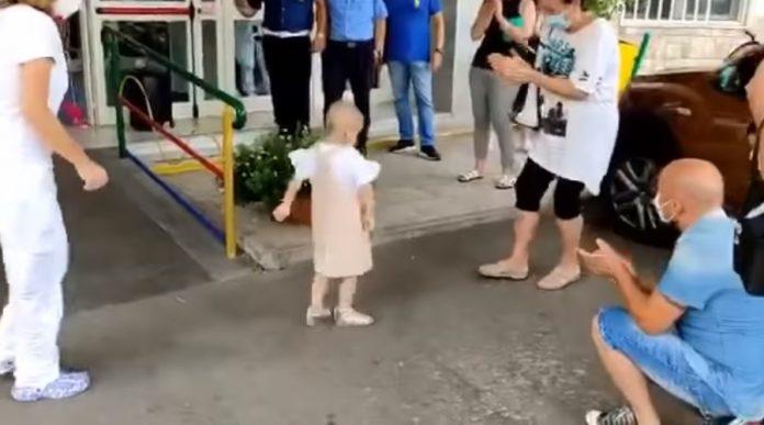 La piccola Raffaella esce dal Santobono ballando dopo aver sconfitto il cancro